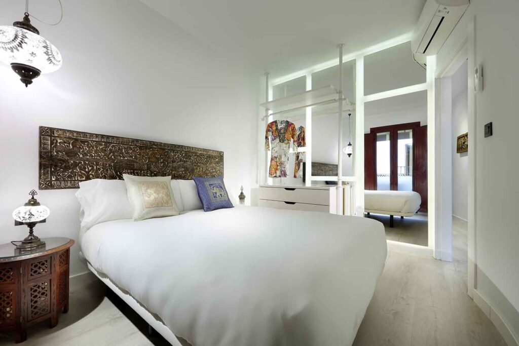 cozy bedroom with mirror wall in homeaway apartment near alhambra, in Granada Spain